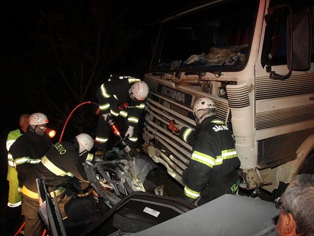 Vítimas do acidente na Rodovia Ronan Rocha ficaram presas nas ferragens (Foto: Ângelo Pedigone/Comércio da Franca)