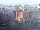 Bombeiros controlam incêndio que atingiu comunidade em Santos, SP