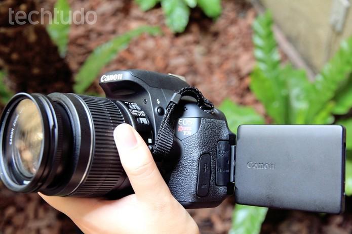 Canon T3i traz tela LCD giratória (Foto: Anna Kellen/TechTudo)
