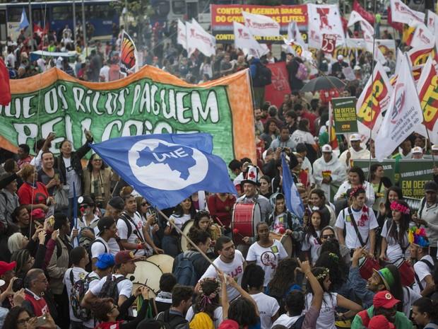 Integrantes de centrais sindicais e movimentos sociais se reúnem para ato em defesa da presidente Dilma Rousseff e contra o seu impeachment, no Largo da Batata, em Pinheiros, na zona oeste de São Paulo (Foto: Guga Gerchmann/Raw Image/Estadão Conteúdo)