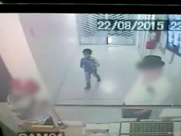 Menino entra no prédio onde morava no dia 22 de agosto (Foto: Reprodução/TV Globo)