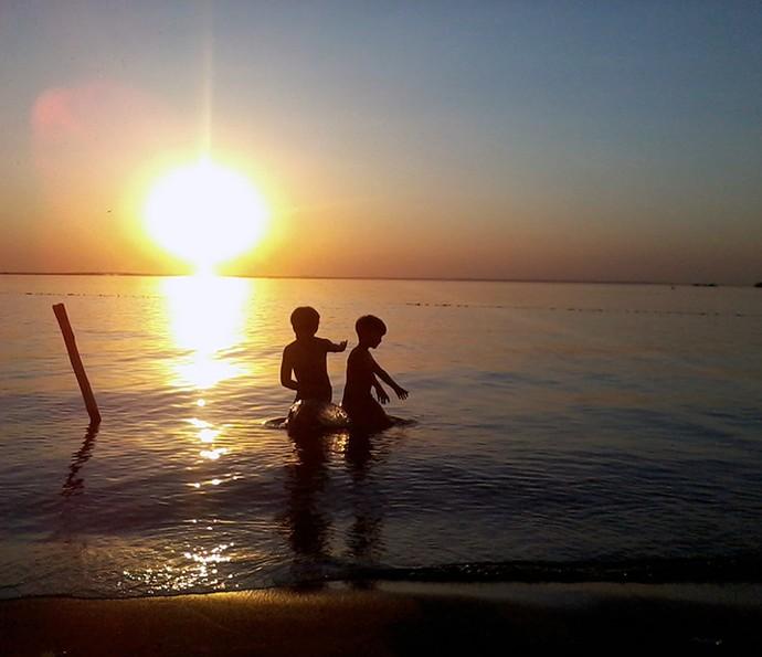 Enzo e Eder brincam ao pôr do sol em Presidente Epitácio (Foto: Arquivo Pessoal)