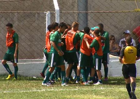 Jogadores do União São João comemoram gol contra o Guariba (Foto: Divulgação/EPTV)