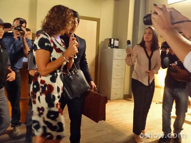 Branca sai do fórum cercada pela imprensa (Foto: Em Família/ TV Globo)