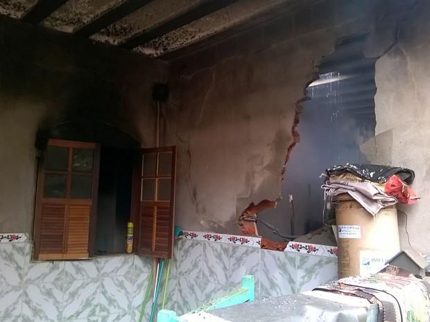 Vela acesa teria provocado incêndio em uma casa (Foto: Corpo de Bombeiros de MG/Divulgação)