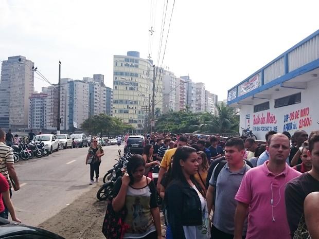 Centenas de pessoas entraram na fila em busca de emprego  (Foto: Guilherme Lúcio da Rocha/G1)