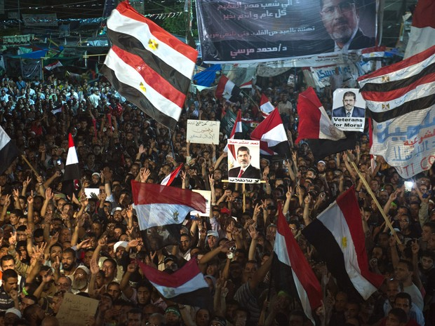 Partidários do deposto presidente islâmico Mohamed Mursi se recusaram na segunda-feira a deixar seus acampamentos no Cairo, e disseram que estão se preparando com paus, pedras e fé para enfrentar a eventual repressão policial. (Foto: Khaled Desouki/AFP)