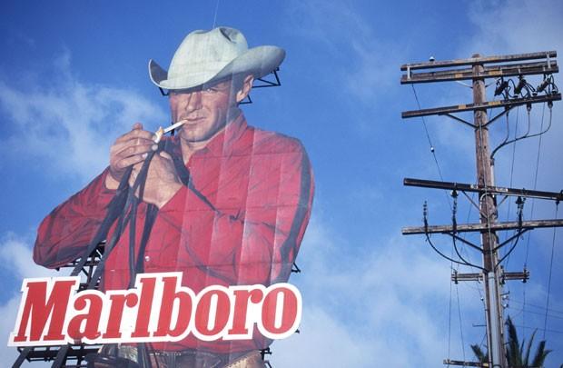 Anúncio da Marlboro com a foto do ator Eric Lawson em ponto da cidade de Los Angeles, em 1997. Ator morreu de doença que tem relação com fumo (Foto: Gilles Mingasson/Getty Images)