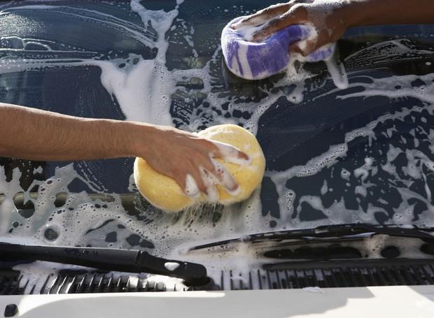 Higienização do carro com economia de água. Projeto Casa e Jardim Se Importa Deca (Foto: Foto: Thinkstock)