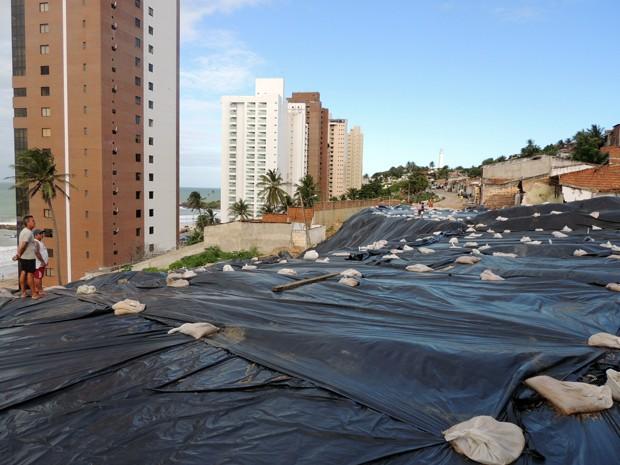 Área atingida por deslizamento foi coberta por uma lona preta (Foto: Felipe Gibson/G1)