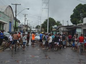 Trânsito foi interrompido no trecho interditado pela manifestação, em Macapá (Foto: John Pacheco/G1)