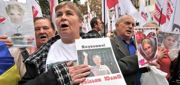 Apoiadores da ex-premiê ucraniana Yulia Tymoshenko protestam em frente a tribunal em Kiev (Foto: AFP)