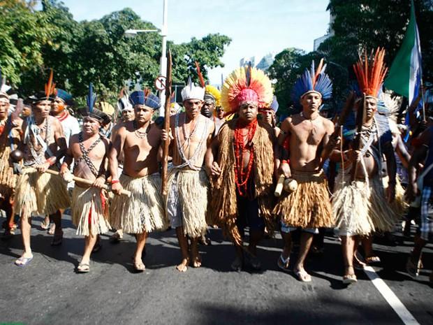 índios participam de manifestação que complicou o trânsito no Centro do Rio (Foto: Rodrigo Gorosito/G1)
