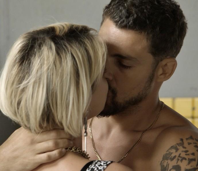 Juliano promete esquecer Tóia (Foto: TV Globo)