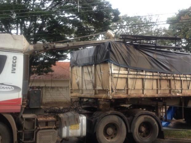 Parte da rede de energia ficou em cima do bitrem (Foto: Carla Monteiro / G1)