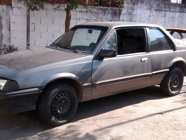 Carro usado pelos suspeitos foi apreendido (Foto: Maiara Barbosa / G1)