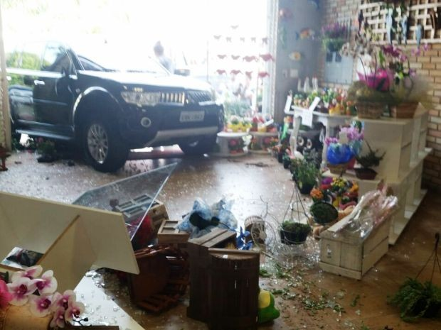 Mulher que diriga veículo passou mal após colisão (Foto: Alexandre Rodrigues/Arquivo Pessoal)