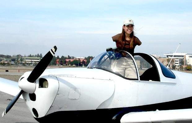 Condição de Jessica Costa não a impediu de conquistar sua faixa preta e consuitar sua licença de piloto (Foto: Reprodução/Facebook)