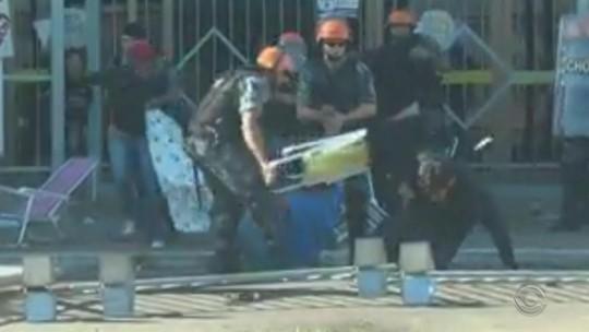 PM usa cadeira de praia para atingir manifestante em Cachoeirinha; vídeo