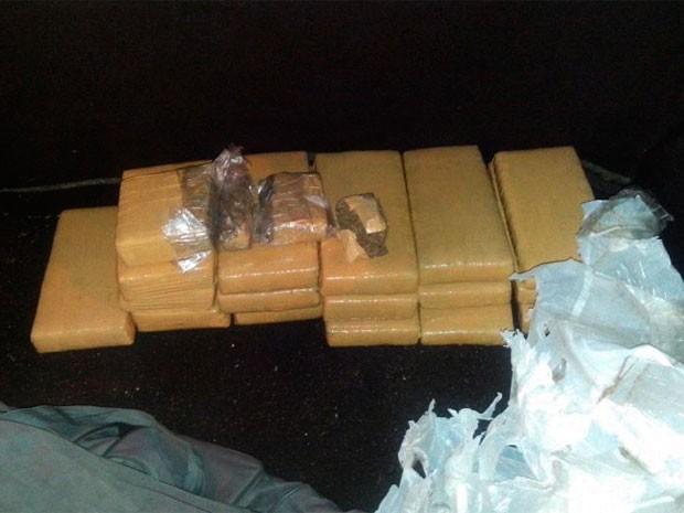 Droga foi encontrada na mala de um dos táxis revistados pela polícia  (Foto: Divulgação/Polícia Militar do RN)
