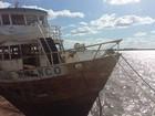 Barco Cisne Branco volta a flutuar 58 dias após temporal em Porto Alegre