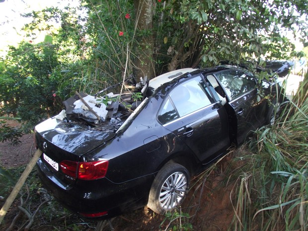 Carro foi lançado para fora da pista em acidente em Itaperuna, RJ (Foto: Renato Freitas/Blog Adilson Ribeiro)