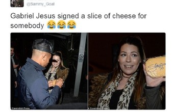 Gabriel Jesus dá autógrafo em queijo durante viagem para Manchester