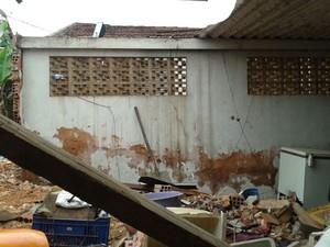 Casa invadida por vagão ficou destruída (Foto: Juliano Abocater / TV TEM)
