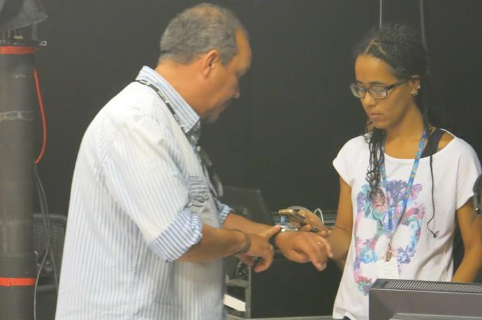 Delman Bahia, produtor executivo, cronometrando com Sil Pimenta (Foto: TV Bahia)