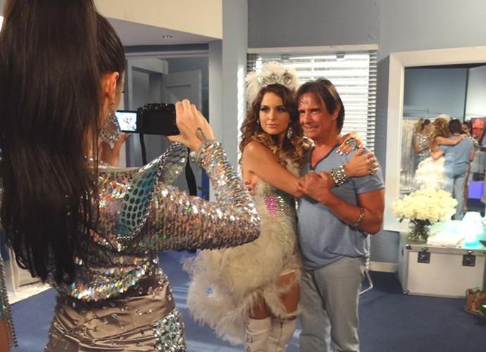 Claudia Abreu tietando Roberto Carlos nos bastidores de 'Cheias de Charme' (Foto: Gshow)