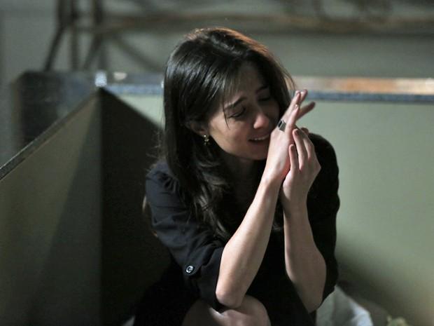 Cora surta e pensa que o Comendador deixou o anel para ela (Foto: Felipe Monteiro/ Gshow)