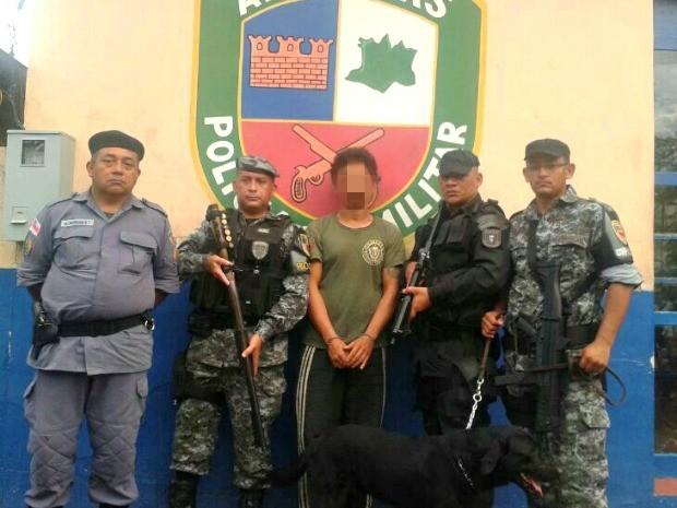 Suspeito se entregou à polícia após seis dias de busca pela mata (Foto: Divulgação/Polícia Militar)