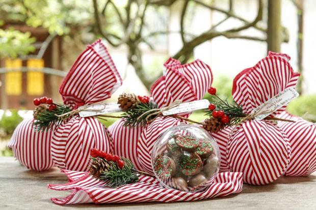 Mesa de Natal rodeada de verde, flores e frutas (Foto: Julio Acevedo)