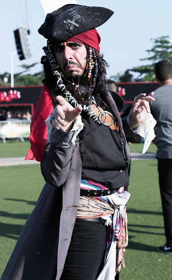 Fã vem fantasiado de Jack Sparow, personagem ícone de Johnny Depp (Foto: Jonas Feitosa/Gshow)