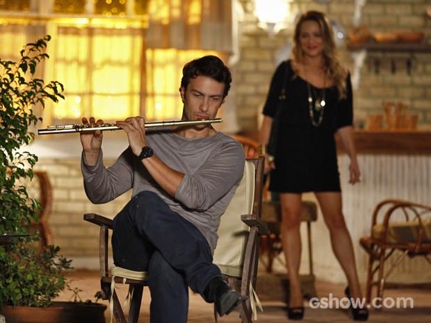 Shirley aparece na casa de Laerte e surpreende o flautista (Foto: Inácio Moraes/ TV Globo)