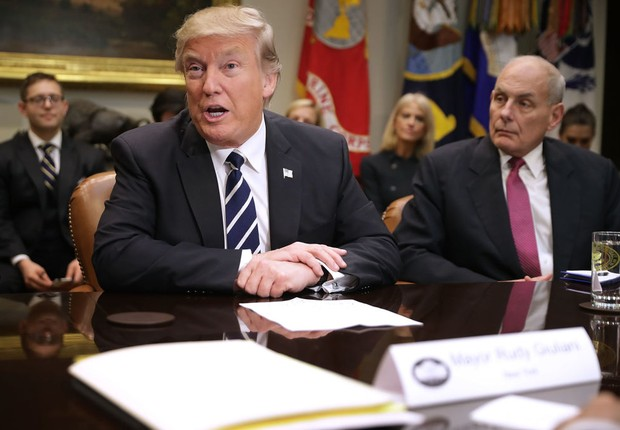 O presidente norte-americano Donald Trump participa de reunião ao lado do secretário de Segurança Interna, John Kelly (Foto: Chip Somodevilla/Getty Images)