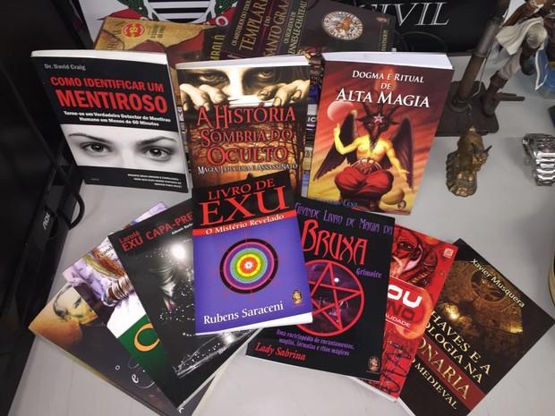 Livros foram apreendidos na casa onde suspeito morava em Santos (Foto: Divulgação/Polícia Civil)