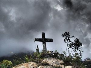 Cruz em homenagem a mortos na estrada (Foto: GravityBolivia.com/Divulgação)