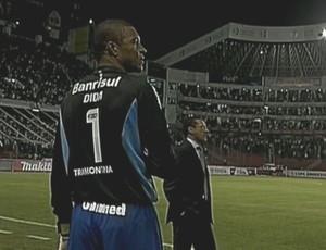 De fora do campo, Dida assiste ao gol sofrido pelo Grêmio contra a LDU (Foto: Reprodução/SporTV)