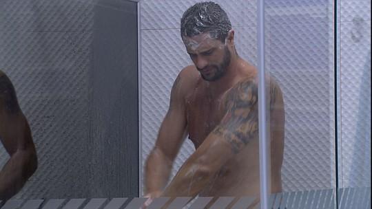 Daniel toma banho, enquanto Vivian dorme no Quarto Azul