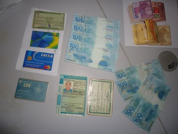 Notas falsificadas e verdadeiras foram encontradas com o homem  (Foto: Divulgação/Ascom)