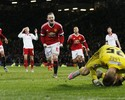 No sufoco, Rooney marca de pênalti nos acréscimos e classifica o United