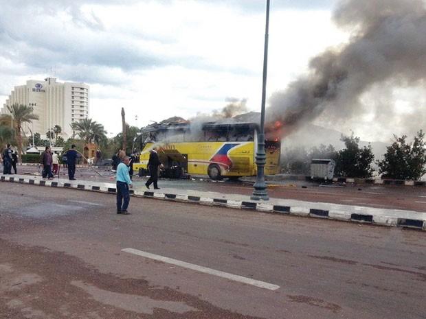 Fumaça sai de ônibus atacado neste domingo (17) na cidade de Taba, no sul de Sinai (Foto: Stringer/Reuters)