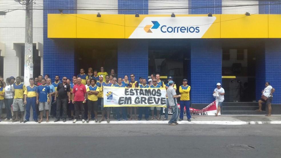 Trabalhadores dos Correios fazem ato no Centro de Maceió (Foto: Hagata Chrystie/G1)