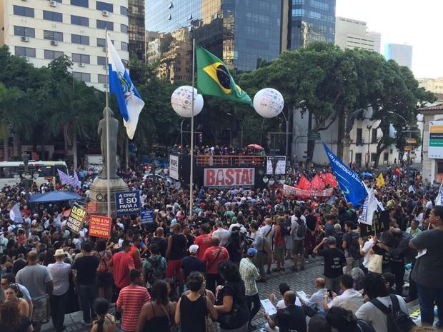 Protesto em frente à Alerj (Foto: Tainah Vieira / G1)