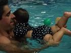 Nívea Stelmann mostra aula de natação da filha