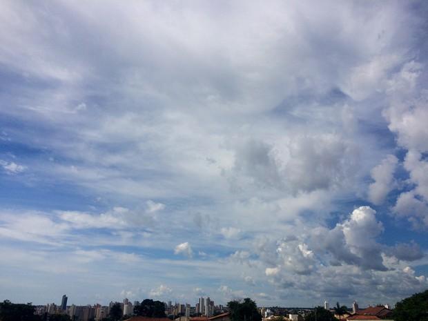 Céu de Campo Grande na tarde desta terça-feira (13) (Foto: Maria Caroline Palieraqui/G1 MS)