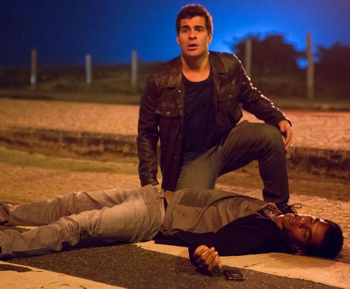 Diogo socorre o amigo após fuga do motorista (Foto: Fábio Rocha/Gshow)