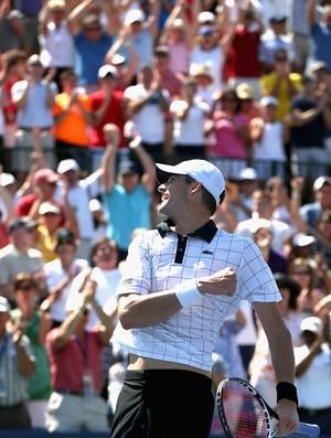 Aplaudido pela torcida da casa, o americano comemora bicampeonato no torneio (Foto: Getty Images)