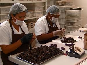 Funcionárias da linha de produção da Mother´s Chocolate, em Campinas (Foto: Reprodução EPTV)